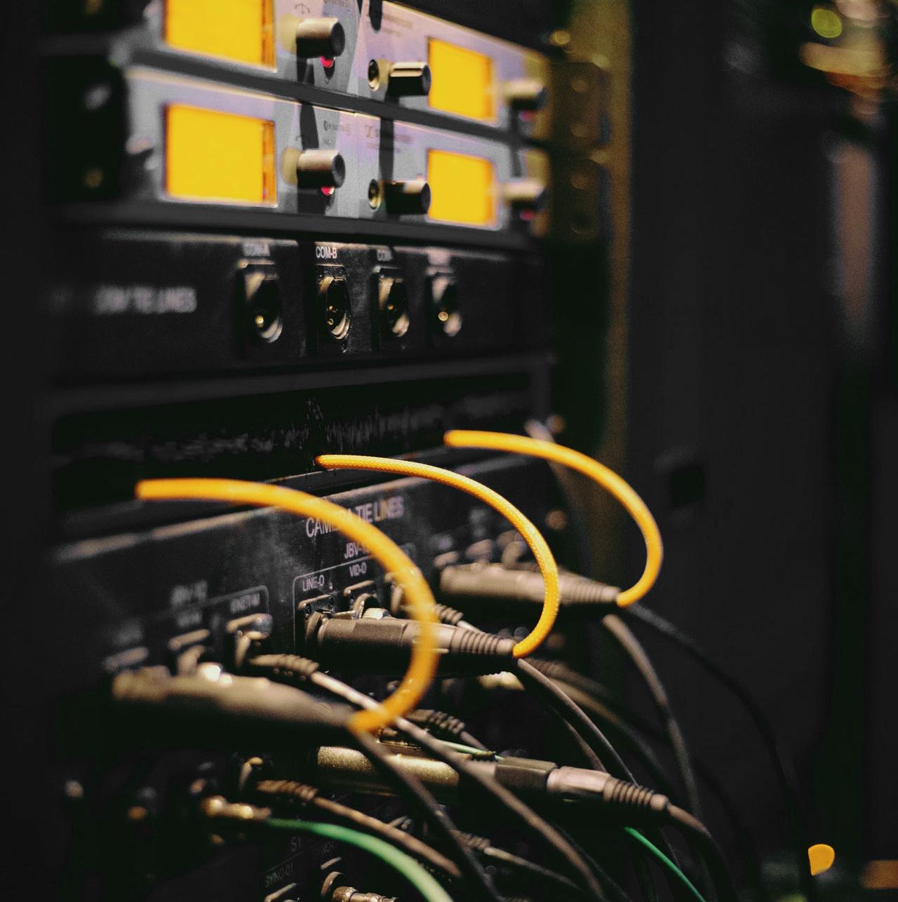 Kablar kopplade till ett rack